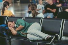 L'homme épuisé se trouve sur des sièges à la salle d'attente Images libres de droits