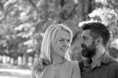 L'homme étreint l'amie blonde heureuse, a mis la main sur son épaule photographie stock