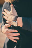 L'homme étreint son amie au coucher du soleil Fille dans des bras du ` s de l'homme Fermez-vous vers le haut des couples Photos stock