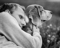 L'homme étreint son chien préféré images libres de droits