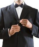 L'homme étreint un bouton de veste photographie stock