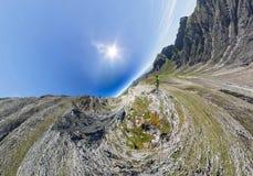 L'homme aérien grand-angulaire du panorama A se tient sur le dessus dans les montagnes photo libre de droits