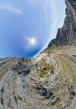 L'homme aérien grand-angulaire du panorama A se tient sur le dessus dans les montagnes photo stock