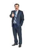 L'homme aîné de sourire d'affaires donne des pouces Image libre de droits