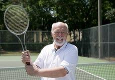 L'homme aîné joue au tennis Photographie stock libre de droits