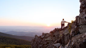 L'homme aîné observe le lever de soleil au-dessus de l'arête bleue Photos libres de droits