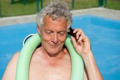 L'homme aîné a un appel téléphonique Photographie stock libre de droits