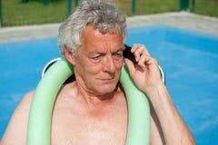 L'homme aîné a un appel téléphonique sérieux Image libre de droits
