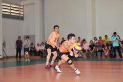 L'homme acceptant la boule dans le chaleng de joueurs de volleyball Photographie stock libre de droits