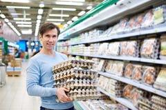 L'homme achète des oeufs de stock Image stock