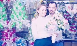 L'homme achète un bouquet des fleurs image stock