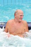 L'homme actif supérieur nage dans la piscine Photos stock