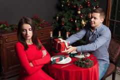 L'homme admet son amour pour la femme mécontente photographie stock