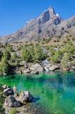 L'homme admire le lac majestueux de montagne dans le Tadjikistan photographie stock libre de droits