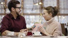 L'homme adulte donne le sac actuel à son épouse et elle prend la boîte en forme de coeur hors de elle clips vidéos