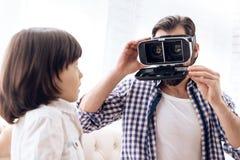 L'homme adulte dupe autour employant des verres de réalité virtuelle image stock