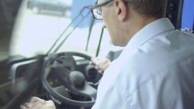 L'homme adulte inspecte la carlingue du ` s de tracteur clips vidéos