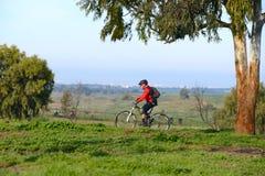 L'homme adulte monte une bicyclette Photo libre de droits