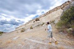 L'homme adulte trimarde avec des poteaux de trekking photo libre de droits