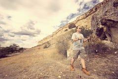L'homme adulte trimarde avec des poteaux de trekking photos libres de droits