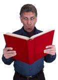 L'homme a affiché le choc de surprise de livre d'isolement sur le blanc Photographie stock