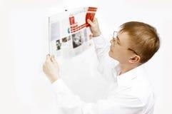 L'homme a affiché le magazine image stock