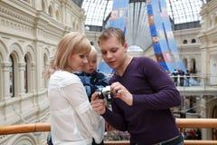 L'homme affiche la fille avec l'illustration de chéri avec l'appareil-photo Image stock