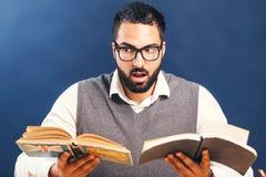 L'homme affiche le livre photo stock