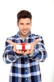 L'homme affiche un cadre de cadeau Photographie stock