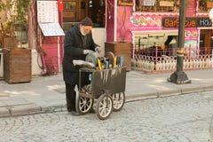 L'homme affile des couteaux sur la rue à Istanbul. Images libres de droits