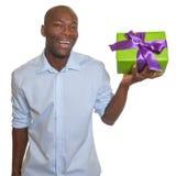 L'homme africain riant présente un cadeau Images stock