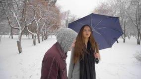 L'homme agressif méfiant poursuit la jeune belle femme en parc crainte combat Danger vol Concept de crime lent banque de vidéos