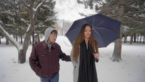 L'homme agressif méfiant poursuit la jeune belle femme en parc crainte combat Danger vol Concept de crime lent clips vidéos