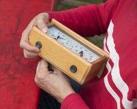 L'homme ajustent l'horloge d'échecs Image stock
