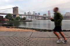 L'homme américain exécute près de la passerelle de Brooklyn Photo libre de droits