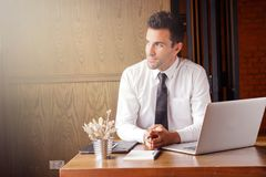 L'homme ambitieux d'affaires visualisent au sujet de son rêve ou plan pour s'exécuter photographie stock libre de droits