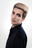 L'homme androgyne bel regarde au-dessus de son épaule Photographie stock libre de droits
