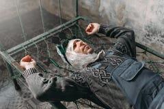 L'homme anormal enveloppe sa tête en film et se situe dans le lit Photographie stock