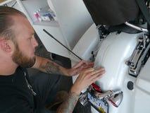 L'homme applique la goupille barrant à la main chez Kustoms innovateur de Sprengel chez Black Hills Harley Davidson, ville rapide Photo stock