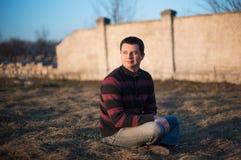 L'homme apprécie des faisceaux du soleil de ressort Photos libres de droits