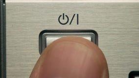 L'homme appuie sur le bouton 'Marche/Arrêt', le bouton de puissance clips vidéos