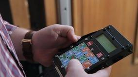 L'homme appuie sur un bouton sur l'à télécommande clips vidéos