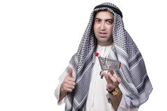 L'homme arabe avec le chariot à caddie d'isolement sur le blanc Image stock