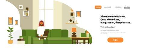 L'homme arabe employant le mâle moderne à la maison intérieur d'appartement de salon d'ordinateur portable détendent l'espace hor illustration stock