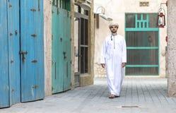 L'homme arabe marchant en Al Seef sont de Dubaï image libre de droits