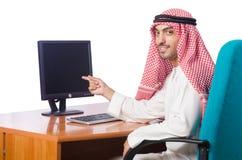 L'homme arabe travaillant dans le bureau Images libres de droits