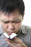 L'homme asiatique a affiché le petit livre photos libres de droits