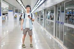 L'homme asiatique de portrait est voyageur au souterrain pour le voyage photos libres de droits