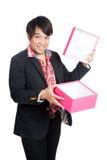 L'homme asiatique heureux ouvrent un boîte-cadeau vide Images libres de droits