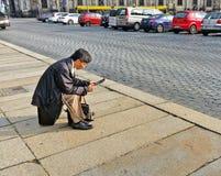 L'homme asiatique regarde fixement sur le PC de comprimé Photo libre de droits